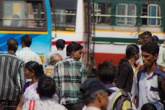 Mapusan linja-autoasemalla ei ole mitään järjestelmää... Iso aukio, jossa bussit odottelevat kyytiläisiä, Määränpäitä huudellaan ja useimmat reittiselosteet ovat paikallisilla kirjaimilla. Turistipaikat on tosin kirjoitettu ihan tutuilla aakkosilla. Kuvassa monenkirjavia busseja ja ihmisvilinää.