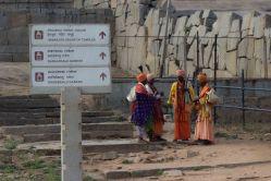Kun olin yöbussilla matkustanut 11 tuntia (350 km!) olin siis perillä Hampissa. Aamulla kahdeksan maissa liikkeellä ei ollut paljon ketään ja sainkin tehdä ensimmäisen tutustumisreissun aika itsekseni. Ihan Hampin keskustassa on Virupakshan temppeli ja ympäristössä tietysti turisteista kiinnostuneita yrittäjiä, niin rihkama- kuin uskonnollisiakin kauppiaita. Nämä kuvan fakiirit olivat aika vaisuja: tapasin myös miehen, jolla oli tikari poskeen lävistettynä, että hyvä kun puhumaan pystyi. Hänestä ei ole kuvaa - ei oikein ollut minun juttu.