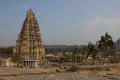 Virupakshan temppeli on hyvä maamerkki: korkea ja varsin hyvin säilynyt. Kovin korsteellinen ja ylöspäin suippeneva torni näkyy monissa kuvissa ja eri kulmista. Otin kuvia paljon, mutta ehkä iski sitten jonkinlainen ähky - liikaa kaikkea. Laitoin tänne joitakin temppelikuvia ja Ganesh-kuvia, mutta muutoin yritin saada kuviin jotain juttua. Muutakin kuin vain kivinen ihmeelllinen, käsittämätön ihmisen luomus.
