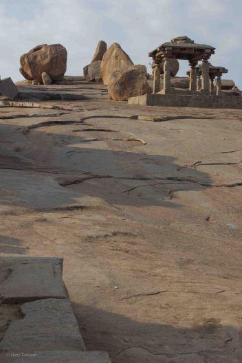 Varmaan syy siihen, miksi rakennukset tehtiin kivestä on se, että näyttäisi siltä, että paikallinen kivi on hyvin muokattavaa. Lohkeaa suoraan ja on kuitenkin graniitinomaisen kovaa. Näitä luonnon jättilohkareita on koko laakso täynnä. Hillittömän isoja siirtolohkareita, joita on joissakin kohtaa käytetty oivasti myös rakennettujen asumusten ja temppelien osina.