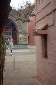 Tässä pikkutemppelissä oli käytetty kasaa siirtolohkareita lähtökohtana. Kukkulan huipulle oli rakennettu suojaisa asumusten ja parin temppelin kylä.
