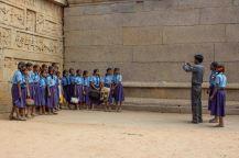 Ja sittem alkoi tulla niitä koululaisia. Tässä opettaja ottaa ryhmäkuvaa ja jotkut ujosti jo vilkyttelee muutamalle paikalla olevalle turistille.