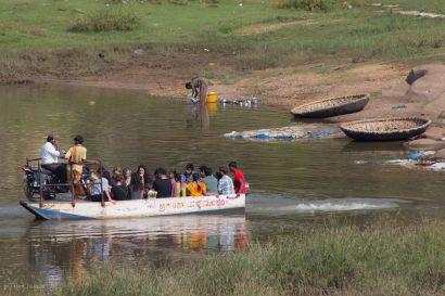 Joen yli siis moottoriveneellä. Ja intialaiseen tapaan odotetaan niin kauan että vene on täysi - ja matkalaisia jo hirvitää.