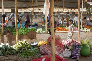 Paluumatka alkoi paikallisesta isommasta kaupungista, Hospetista. Ihan intialaisten kaupunki, eipä ollut turisteja muita. Mutta tori löytyi ja hyvää maitokahvia ja hedelmiä.